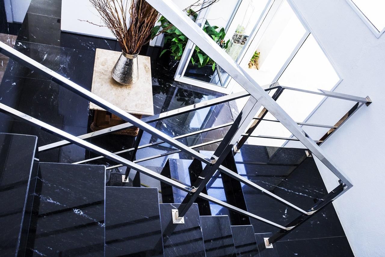 Hall de Entrada – Escada e Piso em Granito Preto Via Láctea Polido #425A8A 1280x853
